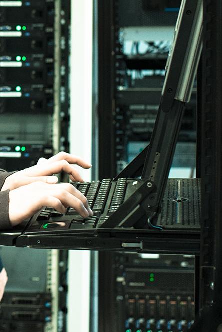 Un chercheur travaille dans un laboratoire de recherche en informatique