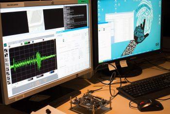 Un écran d'ordinateur affiche les résultats d'un test de composant électronique par une plateforme de cybersécurité