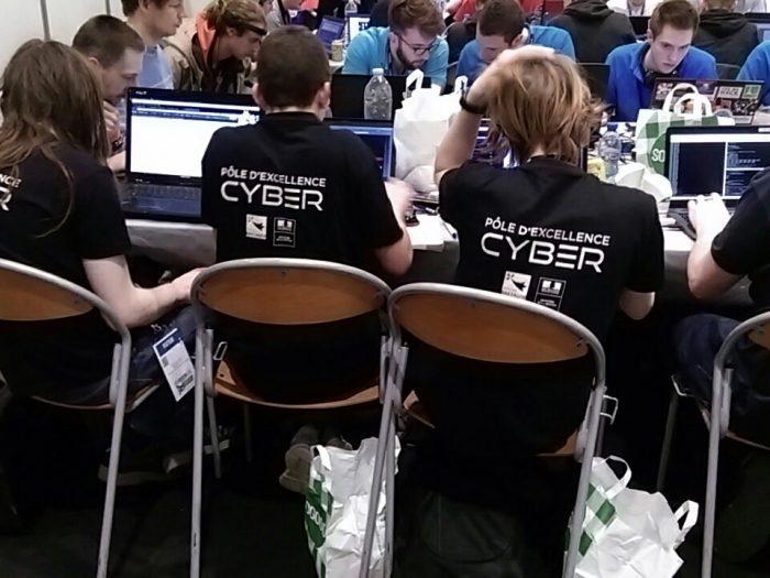 Des informaticiens qui travaillent sur un TP/TD
